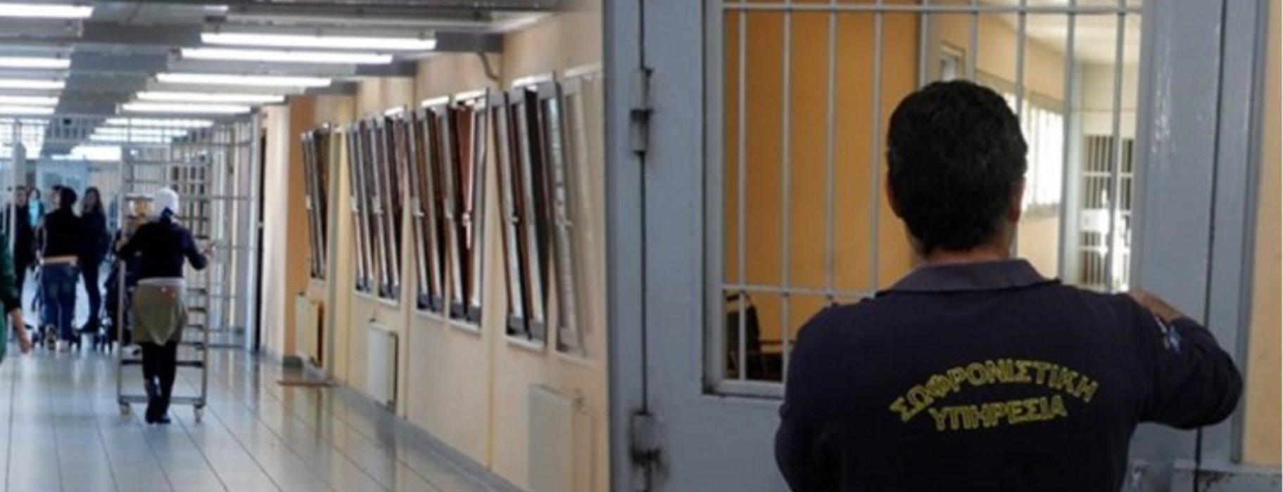 Συνελήφθη σωφρονιστικός υπάλληλος με ναρκωτικά και κινητά τηλέφωνα που προόριζε για τις φυλακές ανηλίκων Αυλώνα