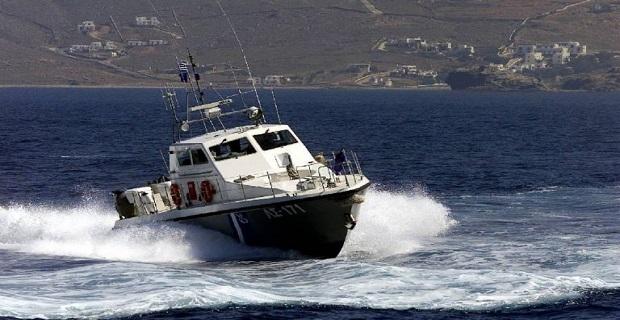 Σε νοσοκομείο της Αθήνας δύο επιβαίνοντες ταχυπλόου που προσέκρουσε χθες σε βραχώδη ακτή