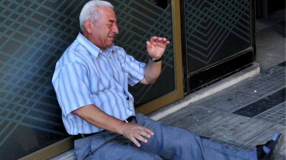 Economist: Στις εμβληματικές εικόνες της 10ετίας ο απελπισμένος Έλληνας συνταξιούχος των capital controls