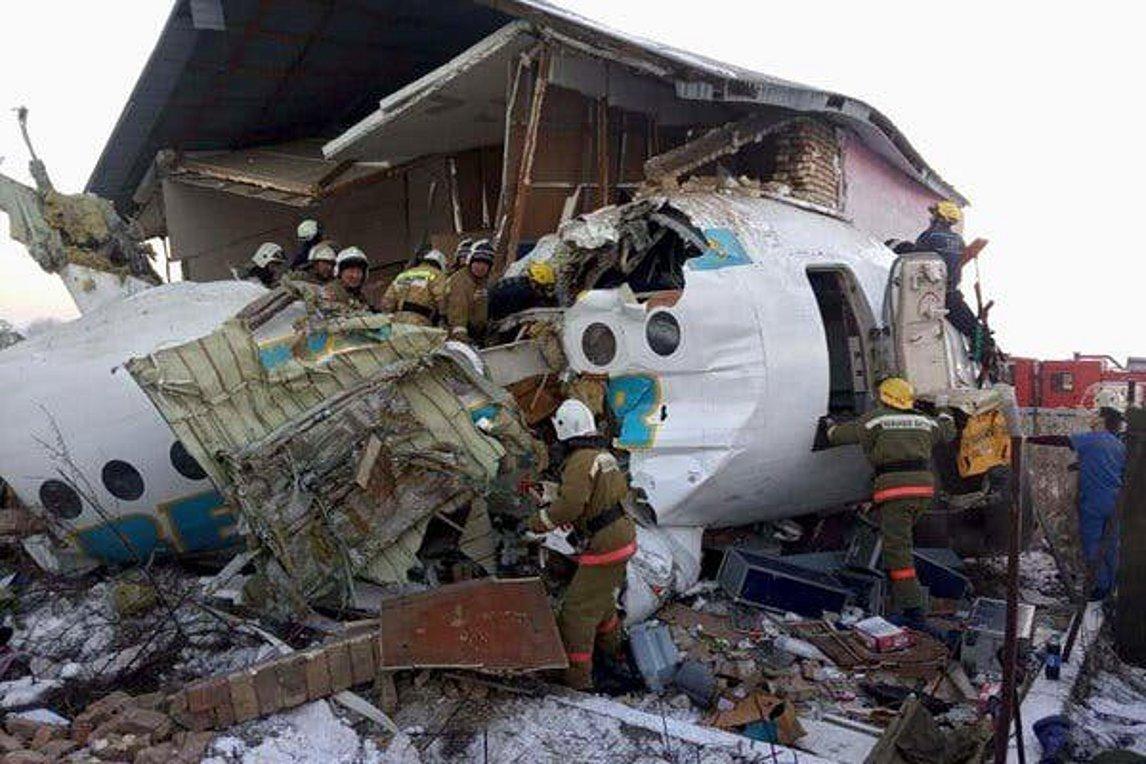 Tραγωδία στο Καζακστάν με 15 νεκρούς: Αεροσκάφος διαπέρασε διώροφο κτίριο και κόπηκε στα δύο