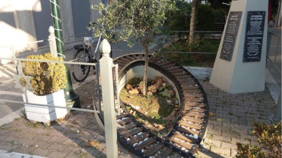 Βεβήλωσαν το μνημείο του Ολοκαυτώματος στα Τρίκαλα