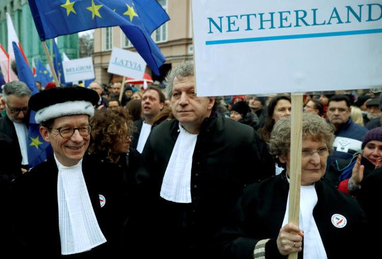 Στους δρόμους της Βαρσοβίας χιλιάδες δικαστές και δικηγόροι κατά νομοσχεδίου