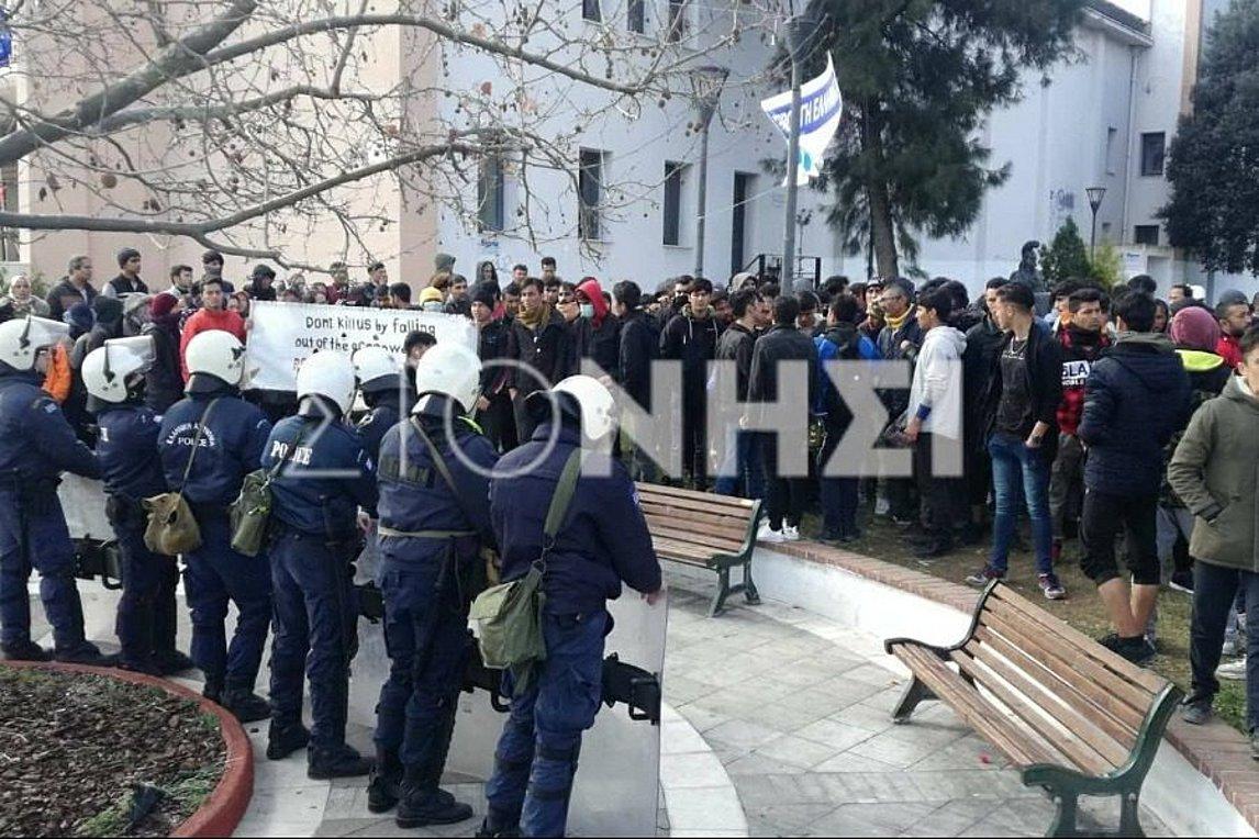 Έκρυθμη η κατάσταση στη Λέσβο – Νέα διαδήλωση αιτούντων άσυλο στο λιμάνι της πόλης