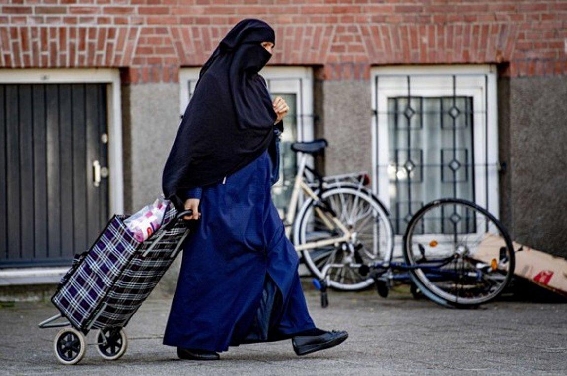 Γερμανία: Επανέρχεται η αντιπαράθεση για τη χρήση της νικάμπ σε σχολεία και πανεπιστήμια