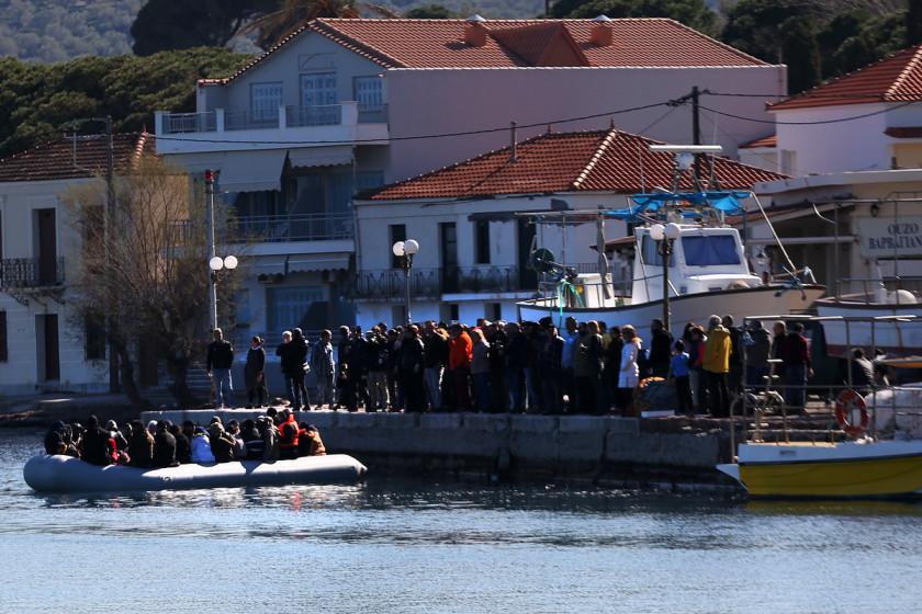 Λέσβος: Επιτέθηκαν σε μέλη ΜΚΟ- Στο λιμάνι μεταφέρονται οι πρόσφυγες και μετανάστες
