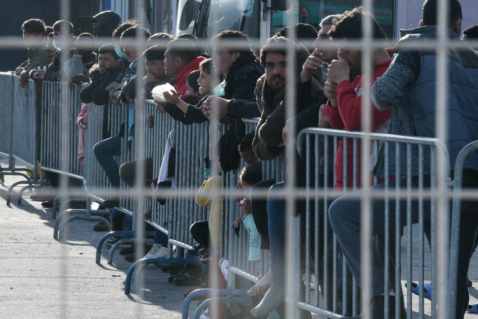 Συναγερμός στην ΕΕ μετά το πρώτο κρούσμα στη Λέσβο με τους 42.000 πρόσφυγες και μετανάστες