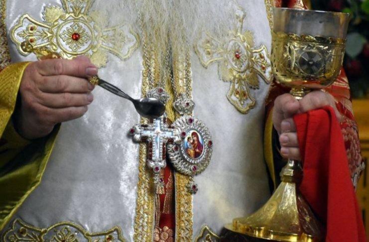 Συνελήφθη ιερέας γιατί κοινώνησε πιστούς σε χωριό του Δήμου Διρφύων-Μεσσαπίων