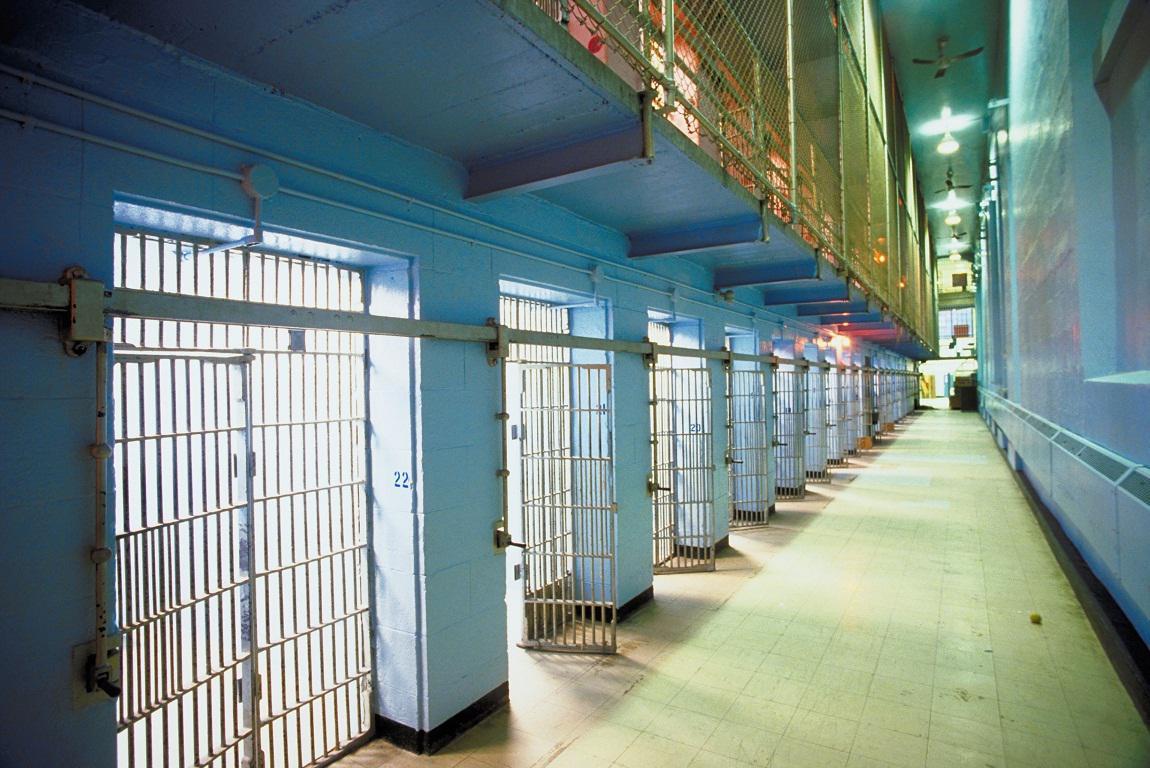 Απαγόρευση αδειών και επισκεπτηρίων στις φυλακές για 12.500 κρατούμενους