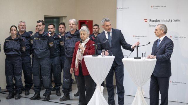 Αυστρία: «Στηρίζουμε με προσωπικό, με υλικό και οικονομικά την Ελλάδα» είπε ο υπουργός Εσωτερικών