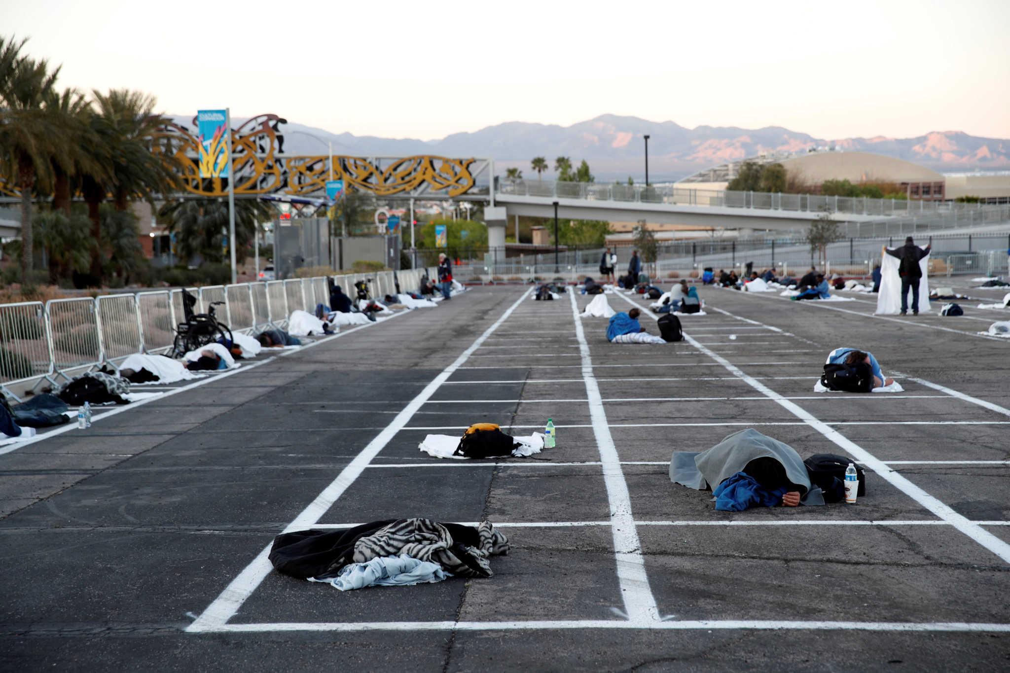 500 άστεγοι κοιμούνται με απόσταση 2 μέτρων σε ανοικτό πάρκινγκ στο Λας Βέγκας (φωτογραφίες)