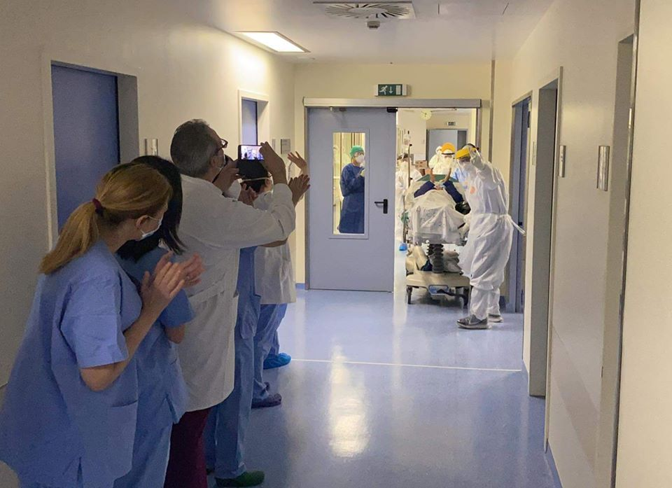 COVID-19: Γιατροί και νοσηλευτές στο Θριάσιο χειροκροτούν ασθενή που βγήκε από τη ΜΕΘ (βίντεο)