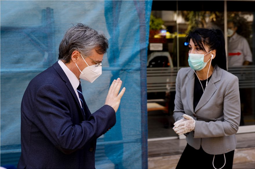 """Εκκενώνεται η κλινική """"Ταξιάρχαι"""" στο Περιστέρι – Έφοδος Τσιόδρα – Βρέθηκαν 37 κρούσματα"""