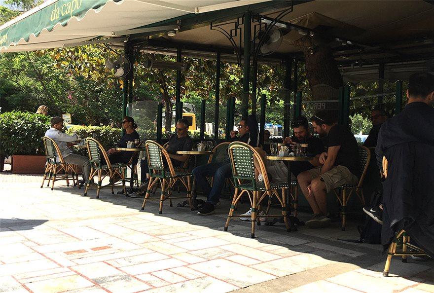 COVID-19: Τέλος το όριο των 6 ατόμων ανά τραπέζι – Καταργείται η μάσκα στα εμπορικά κέντρα