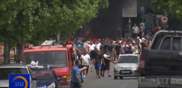 Λάρισα: Φωτιές κι ένταση στη Νέα Σμύρνη, 35 ασθενείς αρνούνται να μεταφερθούν – γρονθοκόπησαν δημοσιογράφο