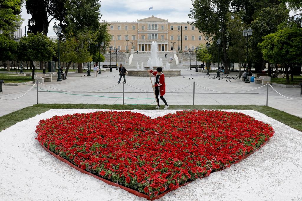 Αφιερωμένη στους γιατρούς η κόκκινη καρδιά από λουλούδια στο Σύνταγμα
