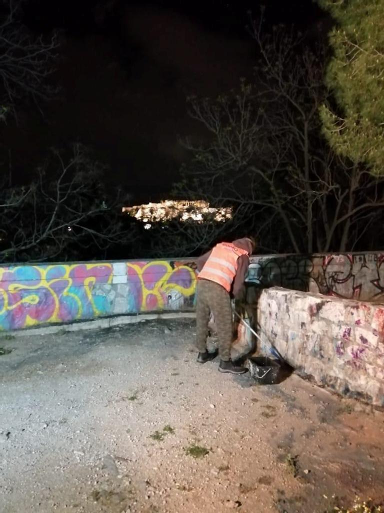 Δήμος Αθηναίων: Επιχείρηση καθαρισμού γκράφιτι στο Θησείο