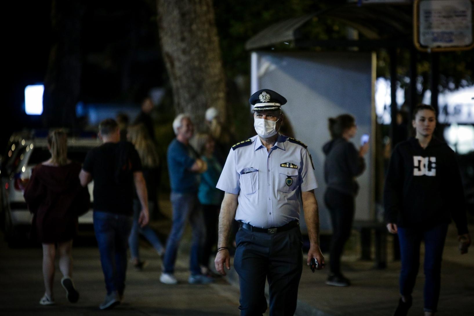 Συγκέντρωση πολιτών παρά την απαγόρευση στην πλατεία Αγίας Παρασκευής