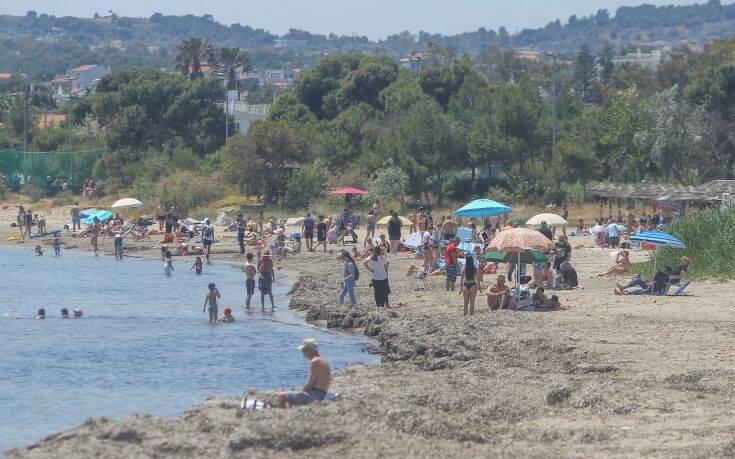 «Πλημμύρισαν» οι παραλίες της Αττικής από κόσμο