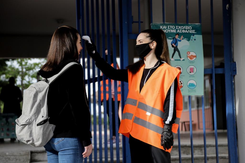 Πρώτη ημέρα για τη Γ' Λυκείου – Σήμανση στο έδαφος και αντισηπτικά: Όλα τα μέτρα προστασίας στα σχολεία (φωτογραφίες)