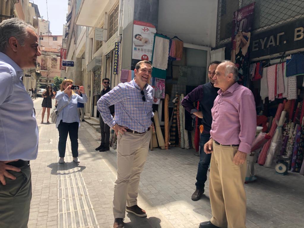 Βόλτα του Αλ. Τσίπρα στο κέντρο της Αθήνας για συνομιλία με καταστηματάρχες και εργαζόμενους