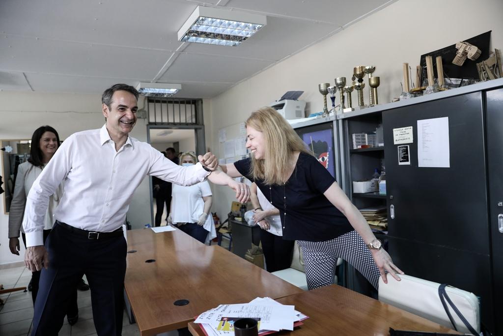 Στο 7ο Γυμνάσιο Αθηνών ο Κυριάκος Μητσοτάκης – Ζαχαράκη: Υπάρχει πρόθεση να ξεκινήσει νωρίτερα η νέα σχολική χρονιά (φωτογραφίες)