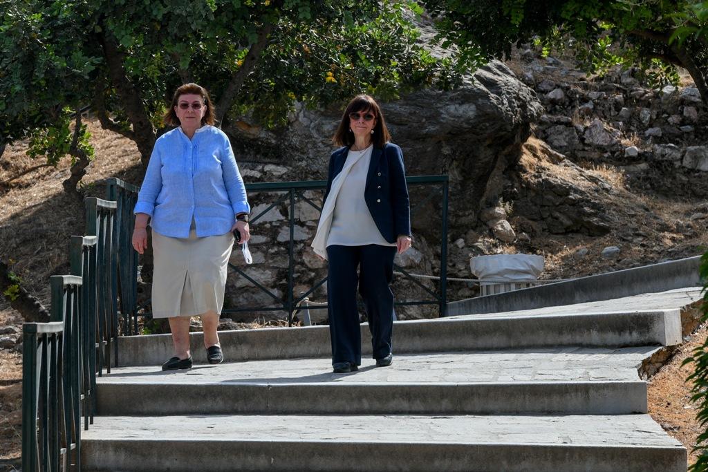 Άνοιξαν σήμερα οι αρχαιολογικοί χώροι – Στην Ακρόπολη η Κατερίνα Σακελλαροπούλου: Τα μάρμαρα έλαμπαν στον ήλιο, όπως στον στίχο του Γιώργου Σεφέρη (φωτογραφίες)