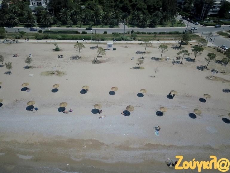 Παραλία Γλυφάδας: Τοποθετήθηκαν ομπρέλες με αποστάσεις αφαλείας