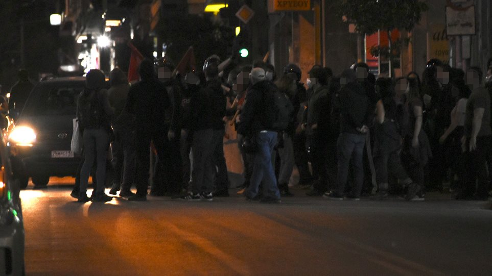 Επεισόδια στην Κυψέλη: Αντιεξουσιαστές σπάνε βιτρίνες