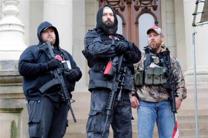 COVID19 – ΗΠΑ: Μπήκαν με όπλα στο Δημαρχείο του Μίσιγκαν για να διαδηλώσουν κατά της καραντίνας (βίντεο)