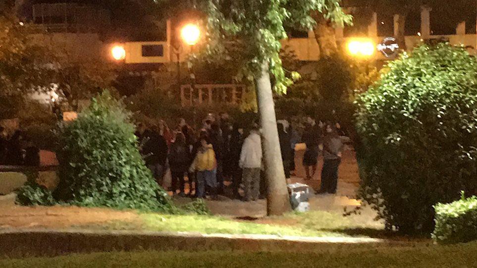 Με μεγάφωνα στις πλατείες η αστυνομία: Γεμάτη η Βαρνάβα στο Παγκράτι