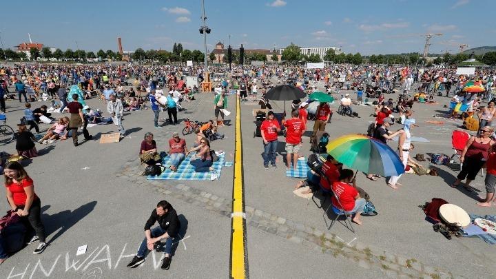 Χιλιάδες Γερμανοί στους δρόμους κατά των περιοριστικών μέτρων για τη νόσο Covid-19