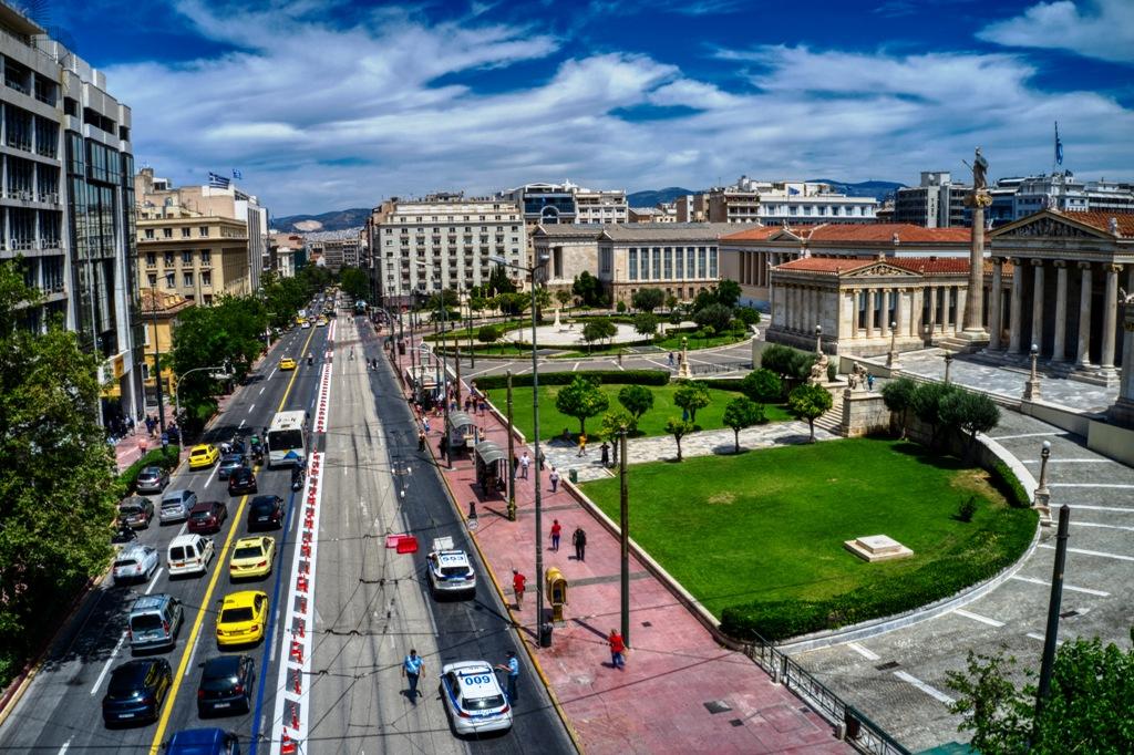 """Ο Μεγάλος Περίπατος που διχάζει την Αθήνα, οι εναλλακτικές διαδρομές για τη διευκόλυνση και το επερχόμενο σχέδιο Μπακογιάννη για τη """"Διπλή Ανάπλαση"""""""