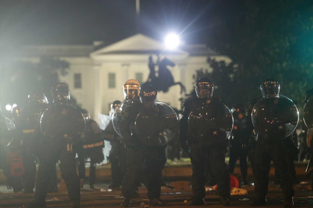 Φωτιές και δακρυγόνα έξω από τον Λευκό Οίκο – Πρωτόκολλο διαφυγής για την οικογένεια Τραμπ