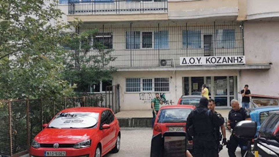 Κοζάνη: Παρουσία ψυχολόγων άνοιξε η εφορία όπου έγινε η αιματηρή επίθεση με τσεκούρι