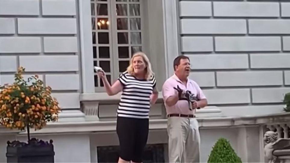 ΗΠΑ: Απαγγέλθηκαν κατηγορίες σε ζευγάρι δικηγόρων που σημάδεψε με όπλα διαδηλωτές (βίντεο)