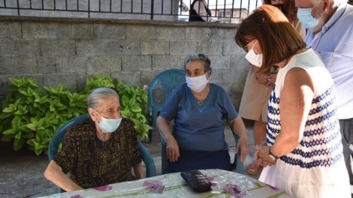 Λέσβος: Με τις «γιαγιάδες της αλληλεγγύης» η Πρόεδρος της Δημοκρατίας, Κατερίνα Σακελλαροπούλου
