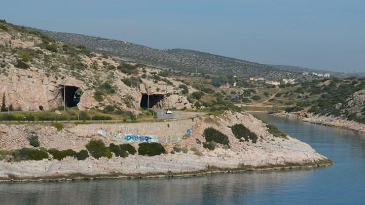 Κλείνει για 20 ημέρες η παραλιακή λεωφόρος Αθηνών-Σουνίου -Ρωγμή στον βράχο στις Τρύπες του Καραμανλή