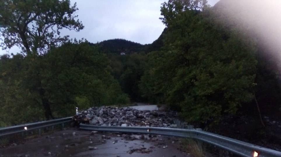 Κακοκαιρία Πλημμύρισαν δρόμοι στα Ιωάννινα -Κατέρρευσαν δρόμοι στο Αγρίνιο -Ξεριζώθηκαν δέντρα στην Κέρκυρα