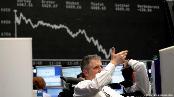 Χρηματιστήρια : Κατάρρευση των μετοχών μετά το σκάνδαλο για ξέπλυμα μαύρου χρήματος από τις μεγαλύτερες τράπεζες του πλανήτη