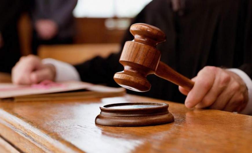 Απόφαση ασφαλιστικών μέτρων: Δικαστής δεν επιτρέπει να μετοικήσει παπαδιά που καταγγέλλει ενδοοικογενειακή βία από τον ιερέα σύζυγό της