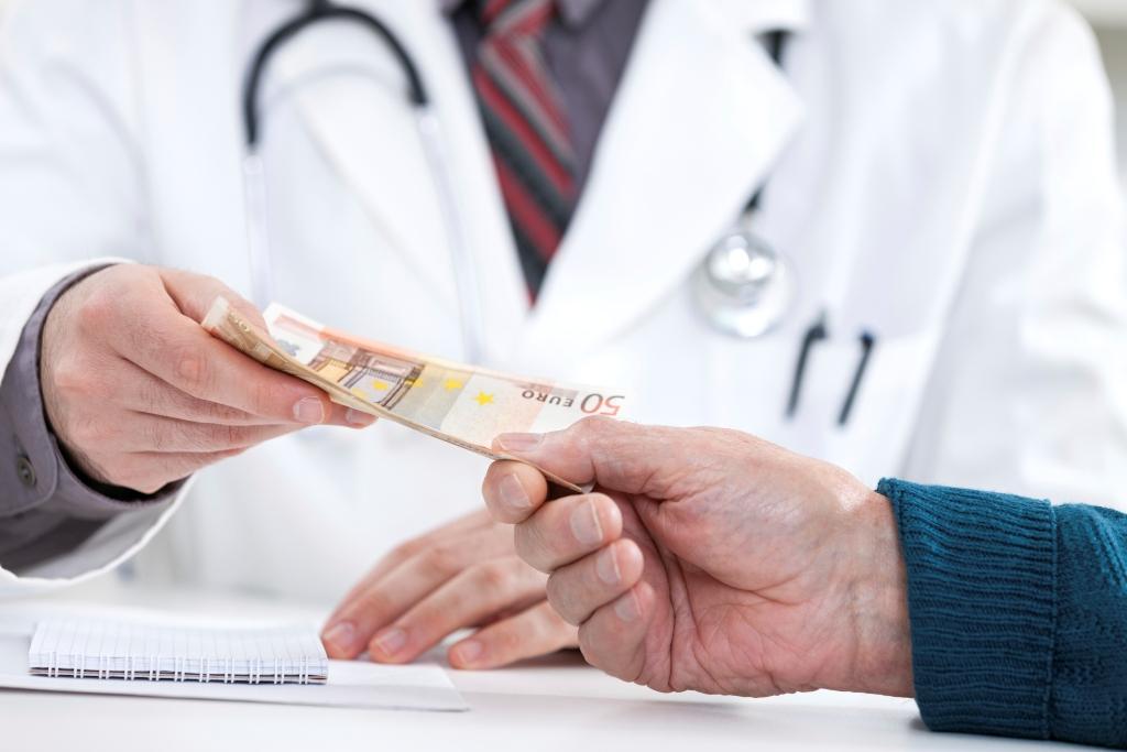 Σύλληψη διευθυντή καρδιοχειρουργικής κλινικής για φακελάκι – Φέρεται να ζήτησε από ασθενή χρήματα