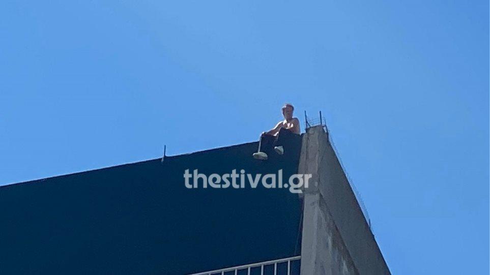 Θεσσαλονίκη: Άνδρας απειλεί να πέσει από ταράτσα 12όροφης πολυκατοικίας (φωτογραφίες + βίντεο)