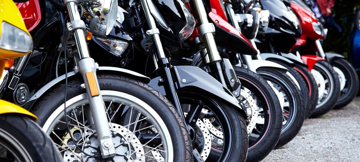 Μειώνεται στο μισό το πρόστιμο για παράνομη στάθμευση δικύκλων