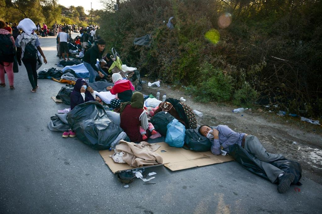 Εφιάλτης στη Μόρια: Στους δρόμους 13.000 μετανάστες- Σε πλοίο οι ευάλωτες ομάδες, σε σκηνές γύρω από τον καταυλισμό οι υπόλοιποι