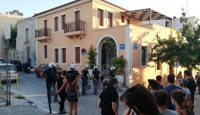 Χανιά: Ισχυρή αστυνομική επιχείρηση στην κατάληψη Ρόσα Νέρα τα ξημερώματα