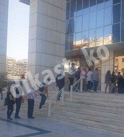 Ουρές στο Εφετείο για να μπουν δικηγόροι και διάδικοι λόγω ελέγχων και θερμομέτρησης (φωτο)