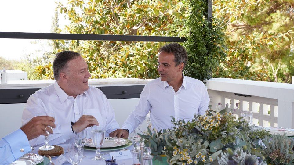 Γεύμα Μητσοτάκη – Πομπέο στο πατρικό σπίτι του πρωθυπουργού