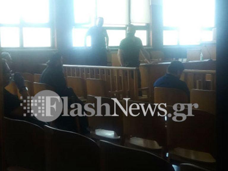 Ρέθυμνο: Ξεκίνησε η δίκη του ιερέα αφού αναγκάστηκε να βάλει μάσκα