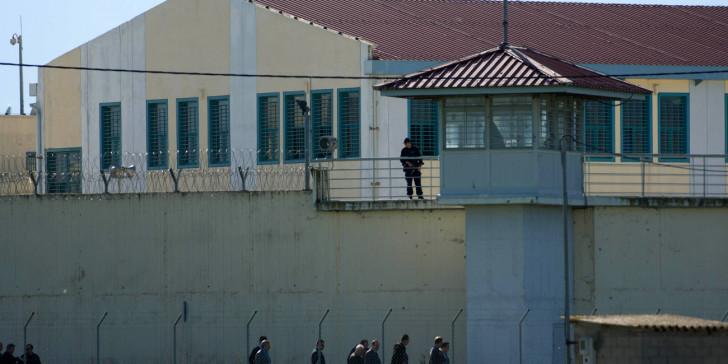Κρατούμενος γρονθοκοπήθηκε μέσα σε νοσοκομείο φυλακών – Λόγω των καταγμάτων τρέφεται με καλαμάκι