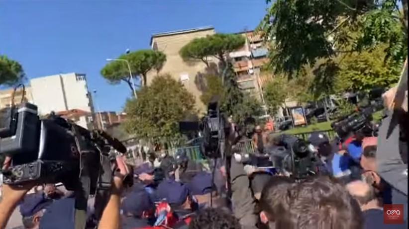 Επεισόδια σημειώθηκαν κατά την άφιξη του υπουργού Εξωτερικών, στην Αλβανία – Τσάμηδες προσπάθησαν να πλησιάσουν την ελληνική αποστολή(Βίντεο)